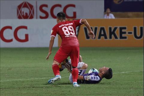 VIDEO Trọng Hoàng phạm lỗi nguy hiểm với Văn Quyết trong trận derby hình ảnh