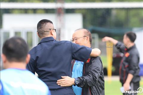 ẢNH HLV Park Hang Seo ôm chầm huyền thoại bóng đá Thái Lan trên sân tập  hình ảnh 3