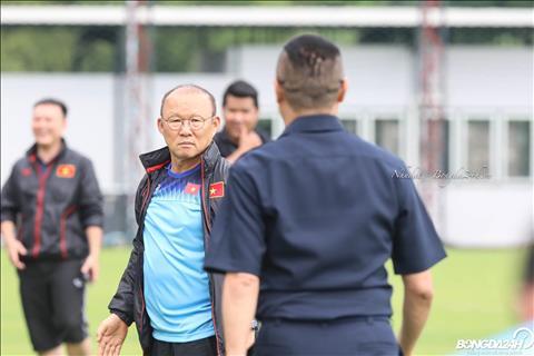 HLV Park Hang Seo ôm chầm huyền thoại bóng đá Thái Lan trên sân tập  hình ảnh