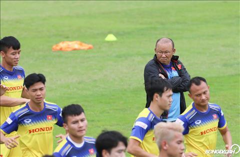 HLV Park Hang Seo quan sat Cong Phuong rat ky trong buoi tap sang 2/9.