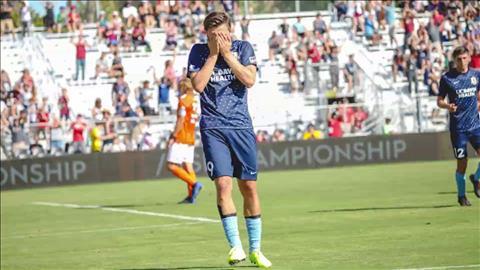 Nén nỗi đau mất cha, cầu thủ vẫn xỏ giày ra sân và ghi bàn ấn định chiến thắng hình ảnh 2