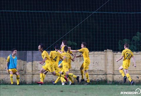 Den nhung phut cuoi, Luka Smyth ghi ban giup Australia vuon len dan truoc 2-1.