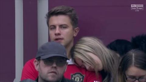 Fan nữ ngủ gật khi xem MU thua bạc nhược West Ham hình ảnh