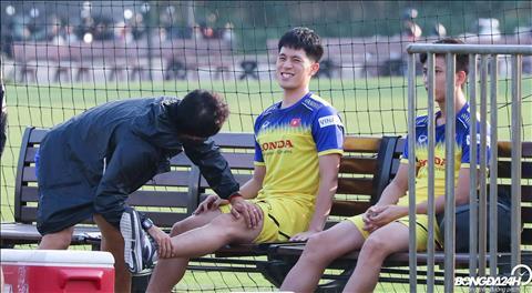 Tro ly Lee Young Jin tranh thu kiem tra tinh hinh cu dong cua Dinh Trong truoc buoi tap.