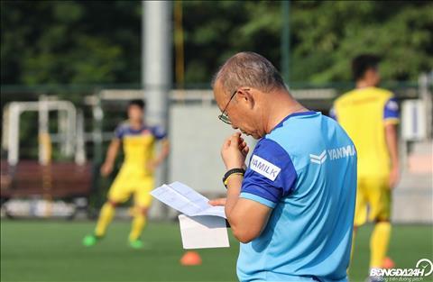 HLV Park Hang Seo doc mot buc thu duoc gui rieng.