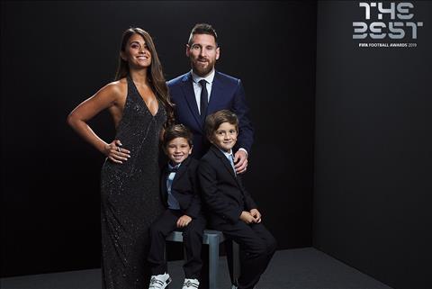 VIDEO: Khoanh khac Messi buoc len buc vinh danh FIFA The Best 2019 la danh cho cac con minh