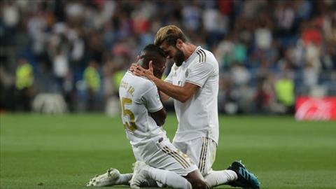 Vinicius bat khoc sau khi ghi ban o tran Real Madrid 2-0 Osasuna