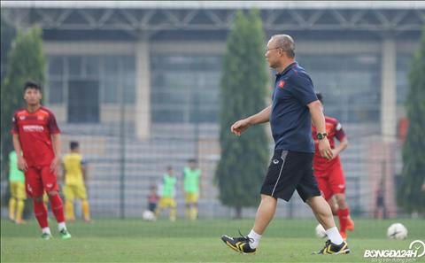 HLV Park Hang Seo theo doi ca hai doi U22 Viet Nam va DTQG tap luyen de danh gia tinh hinh truoc tran dau tap giua hai doi vao chieu 27/9.