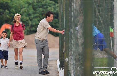Truoc buoi tap, HLV Chung Hae Song cua CLB TP Ho Chi Minh cung gia dinh den san tap cua DT Viet Nam.