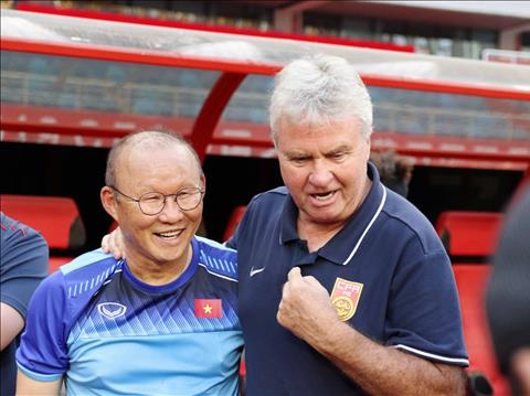 HLV Park Hang Seo tri ân Guus Hiddink trước trận U22 Trung Quốc hình ảnh