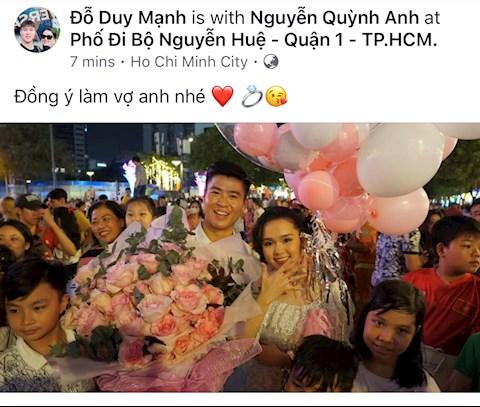 Trung vệ Duy Mạnh cầu hôn Quỳnh Anh trên phố đi bộ Nguyễn Huệ hình ảnh
