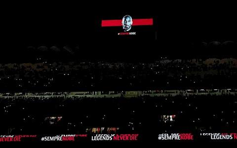 Xuc dong: AC Milan trai lenh de tri an tuong niem Kobe Bryant