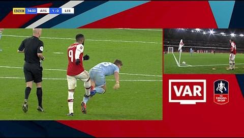Arsenal 1-0 Leeds VAR bỏ qua lỗi phi thể thao của Lacazette hình ảnh