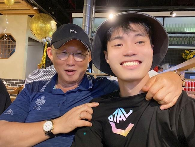 Văn Toàn chụp ảnh selfie với HLV Park Hang Seo hình ảnh