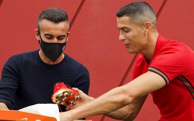 Tiền đạo Cristiano Ronaldo ra mắt đôi giày đặc biệt hình ảnh