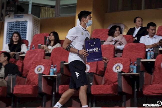 Văn Hậu cùng đồng đội tặng quà cho CĐV nữ Hà Nội FC nhân ngày 2010 hình ảnh 3