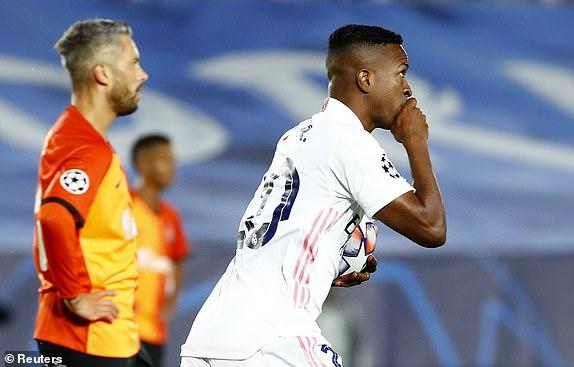 Chi 15 giay sau khi vao san, Vinicius da lap cong cho Real Madrid