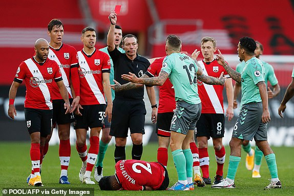 Everton chang nhung khong the lat nguoc the co ma con mat nguoi khi Digne nhan the do trong hiep 2