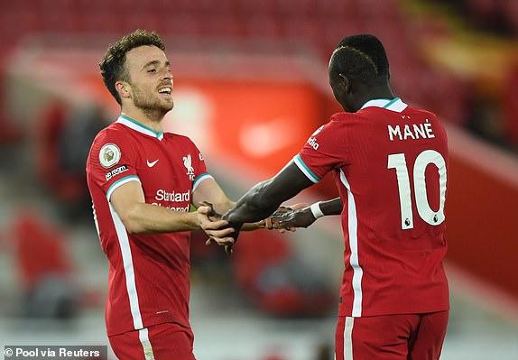 Diogo Jota (trai) ghi ban cho Liverpool sau pha kien tao do Sadio Mane thuc hien
