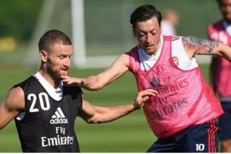 Shkodran Mustafi tiết lộ tình hình của tiền vệ Mesut Ozil hình ảnh