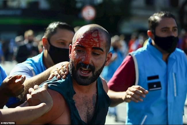 Bạo loạn giữa CĐV và cảnh sát trong đám tang Maradona hình ảnh