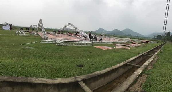 Công Phượng tổ chức đám cưới trên sân bóng tuổi thơ hình ảnh