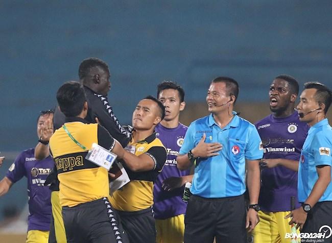 CHÙM ẢNH Cầu thủ Hà Nội quây lấy trọng tài, phản ứng kịch liệt hình ảnh 2
