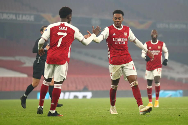 Willock (phai) an dinh ty so 4-1 cho Arsenal