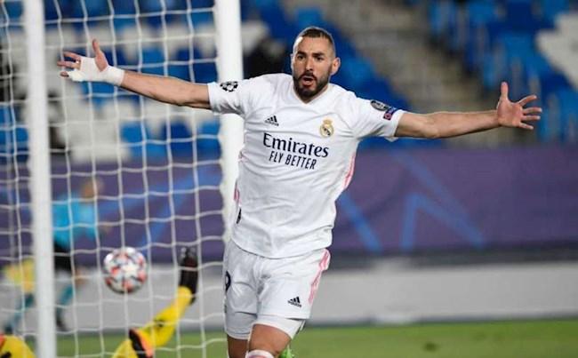 Tiền đạo Karim Benzema sánh ngang với Roberto Carlos hình ảnh