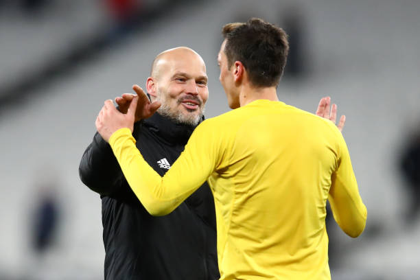 Vì tiền vệ Mesut Ozil Freddie Ljungberg chỉ trích Arteta hình ảnh