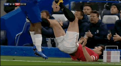 Harry Maguire nhận thẻ đỏ sau pha vào bóng với Batshuayi hình ảnh