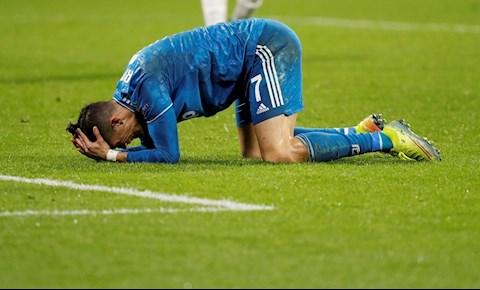 Thua trận cay cú, Ronaldo xử phũ với fan cuồng xin selfie hình ảnh 2