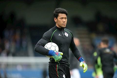 Thủ môn Kawin Thamsatchanan thi đấu cho CLB Consadole Sapporo hình ảnh
