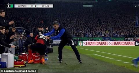 HLV ăn thẻ đỏ vì… fair-play với cầu thủ đối phương hình ảnh 2