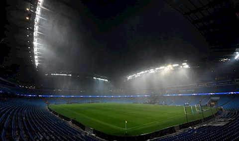 Nong: Tran Man City vs West Ham bi hoan vi thoi tiet xau