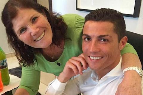Chua day mot tuan, C. Ronaldo bay ve que nha Madeira hai lan de tham me bi dot quy. Anh: T24.