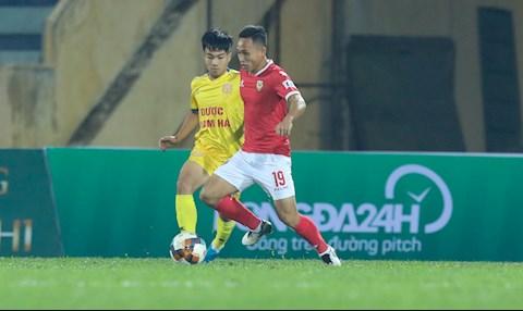 Nam Dinh (ao vang) tam dan Ha Tinh 1-0 sau hiep 1