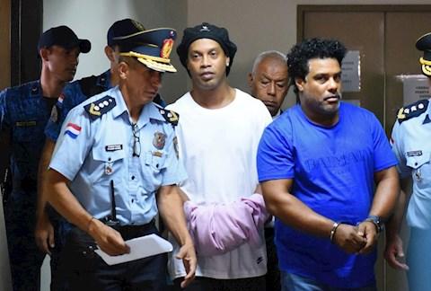 Ronaldinho ngồi tù Sinh nhật tuổi 40 với con lợn sữa 16kg! hình ảnh