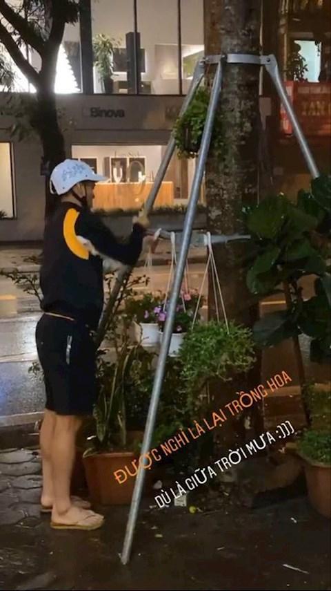Mặc trời mưa gió, tiền đạo Văn Quyết vẫn ra đường trồng hoa hình ảnh