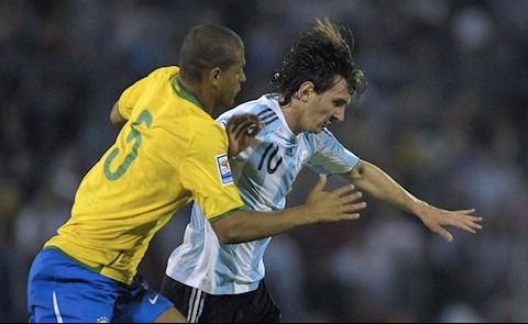 Cựu tuyển thủ Brazil tiết lộ đã dùng bạo lực để chặn Lionel Messi hình ảnh