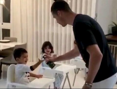 Siêu sao Ronaldo dạy con cách rửa tay diệt virus corona hình ảnh
