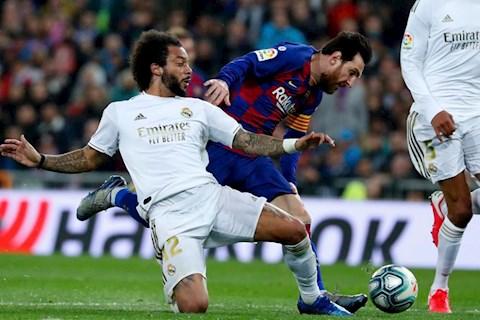 Messi bi Marcelo truy can trong tran Real 2-0 Barca