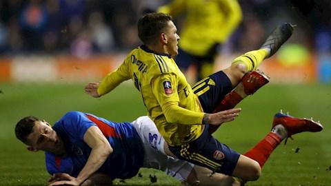 Torreira thở oxy, rời sân bằng cáng ở trận gặp Portsmouth hình ảnh