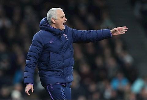 Mourinho cung Spurs lun sau vao khung hoang sau khi bi loai khoi FA Cup