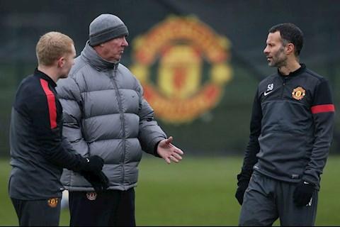 Giggs tiet lo ly do Sir Alex hay tranh cai o Man United