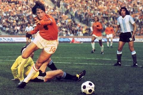 Johan Cruyff trong mau ao DTQG Ha Lan