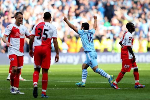 Ngày này năm xưa Man City vượt mặt MU vô địch Premier League đầy kịch tính hình ảnh 2