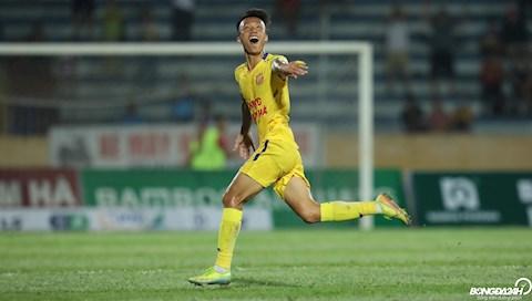 Niem vui cua Mai Xuan Quyet sau khi nang ty so len 2-0 cho Nam Dinh