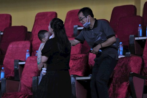 Bác sĩ Choi Ju-young khám cho Hoàng Đức sau trận Than Quảng Ninh hình ảnh