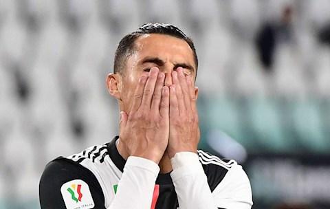 Đá hỏng 11m, tiền đạo Cristiano Ronaldo trút giận lên khung thành hình ảnh